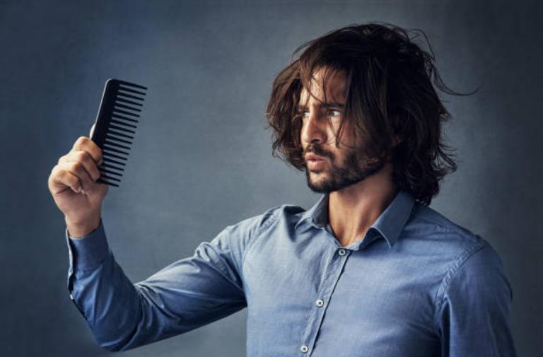 uomo con pettine e capelli lunghi