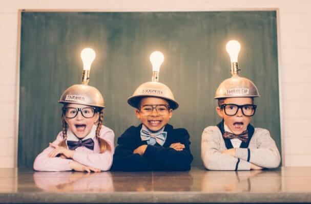 bambini con le lampadine