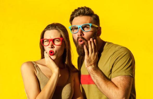 uomo e donna sorpresi