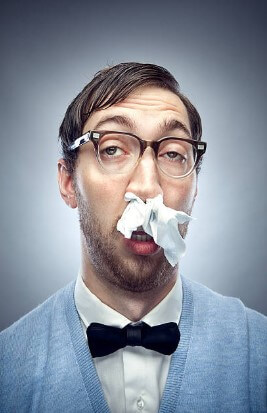 uomo con naso che cola