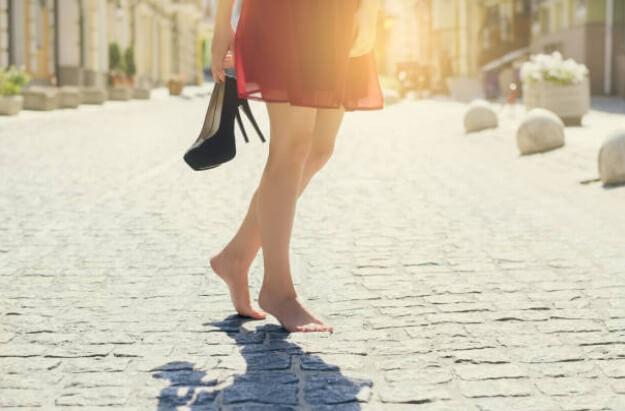 donna con i piedi nudi