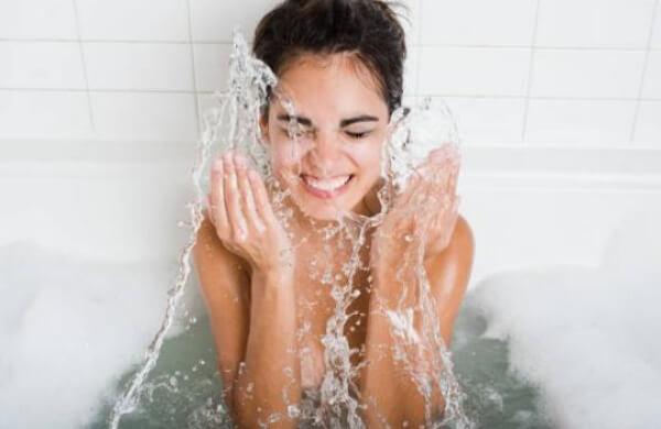 donna facendo il bagno