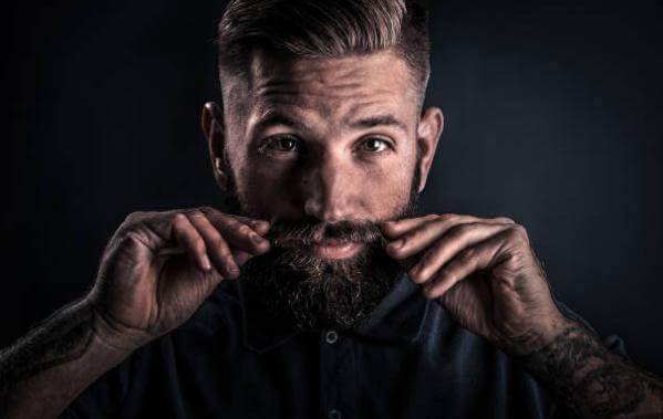 uomo con baffi e barba