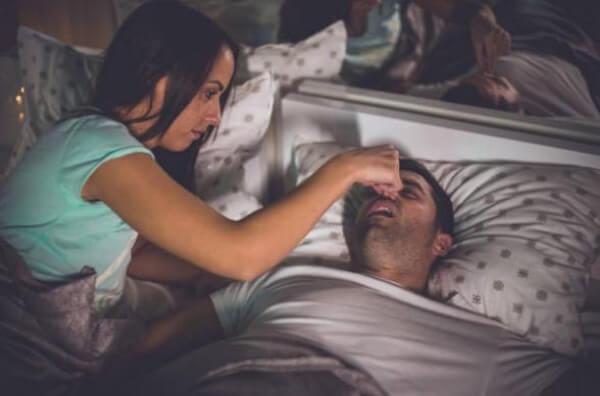 donna che impedisce all'uomo di russare