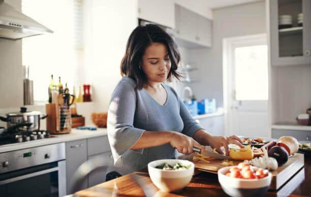 donna che prepara la cena