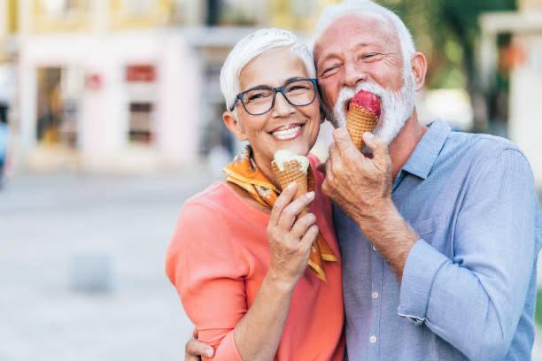 coppia felice, mangiare, gelato