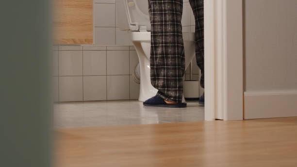 uomo in bagno
