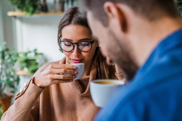 coppia beve caffè antiproiettile