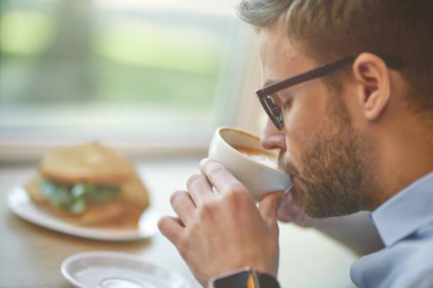 l'uomo beve il suo caffè al lavoro