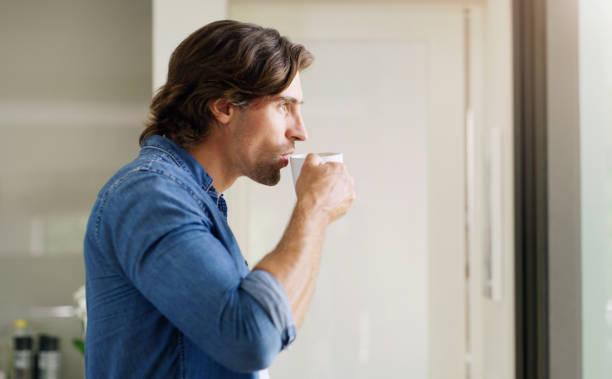 uomo, bere, caffè antiproiettile