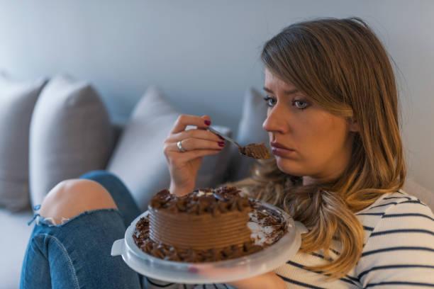 donna mangia torta in ritardo
