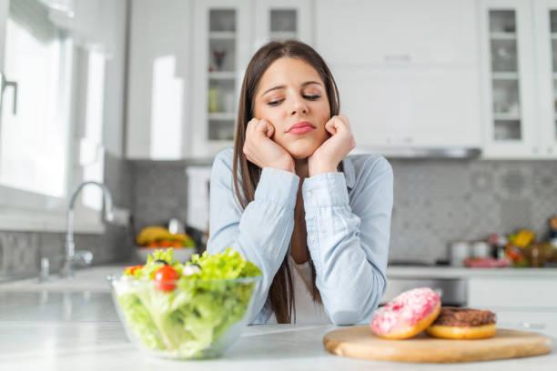 donna si chiede cosa mangiare